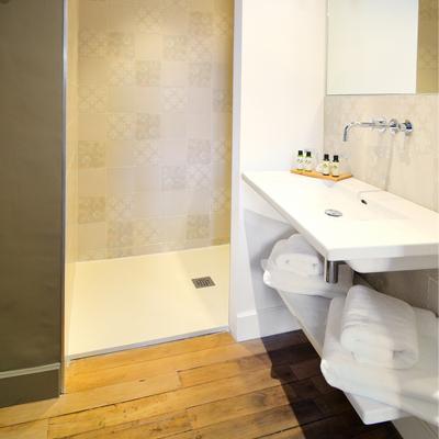 L'Hôtel Particulier vous présente la luxueuse salle de bain de la chambre Chaleureuse et Authentique, dans la gamme les Elégantes.