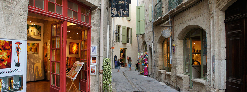 Ruelle pavée de Pézenas et ses boutiques d'art
