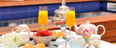 """Profitez d'un petit-déjeuner """"maison"""" au bord de la piscine de L'Hôtel Particulier Béziers"""